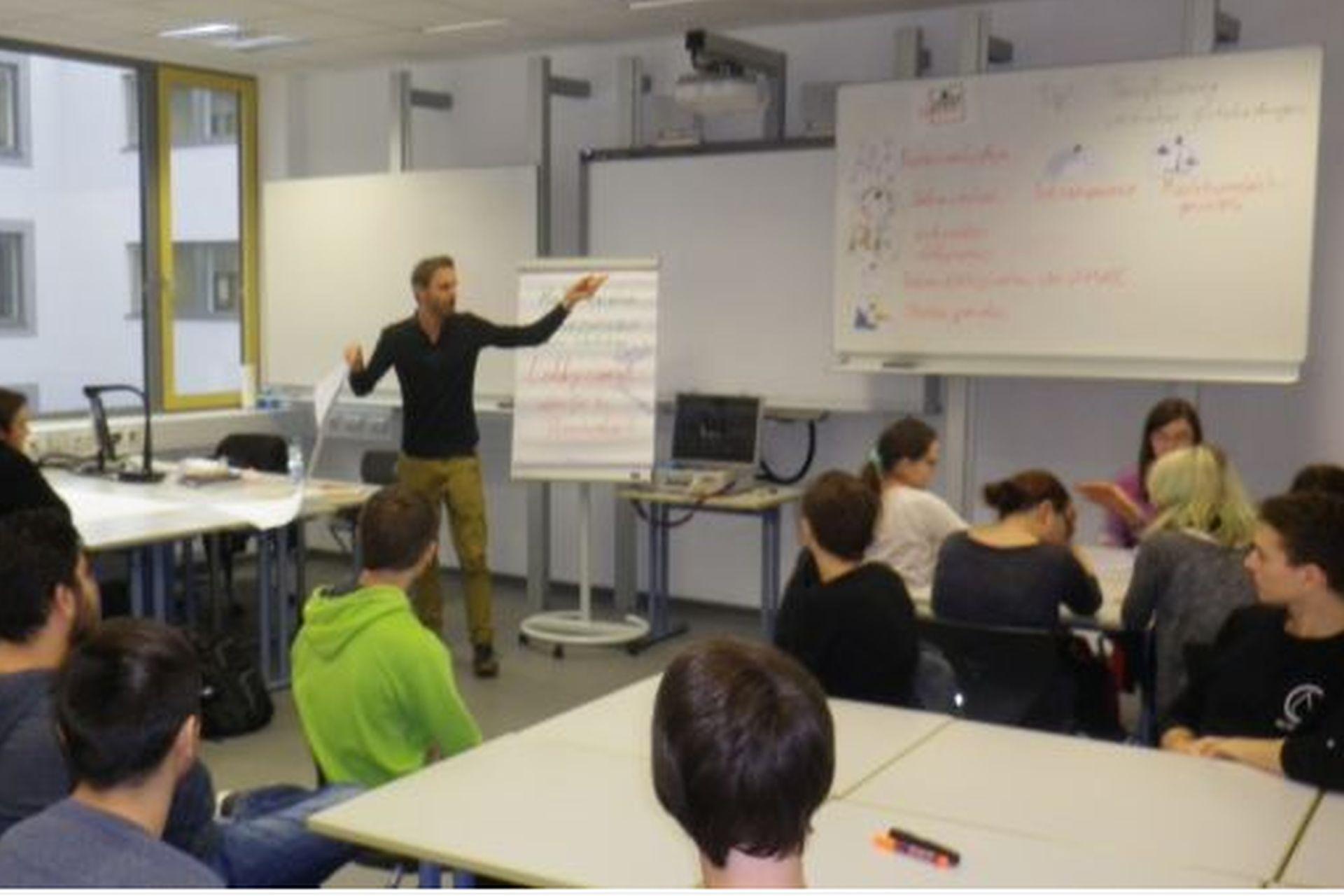 """Referent Martin Jähnert Von Lobbycontrol Bei Der Projektarbeit Mit Unseren Klassen"""""""