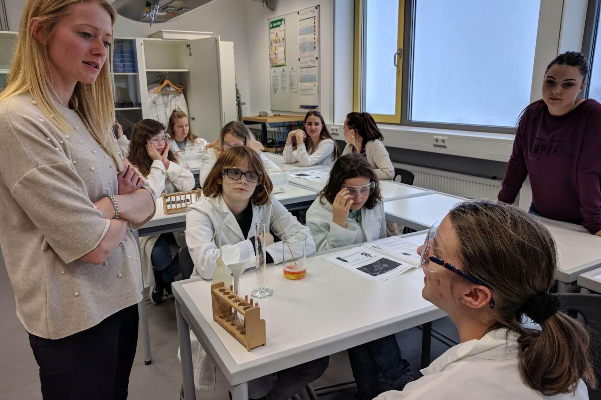 Sophies im Chemielabor