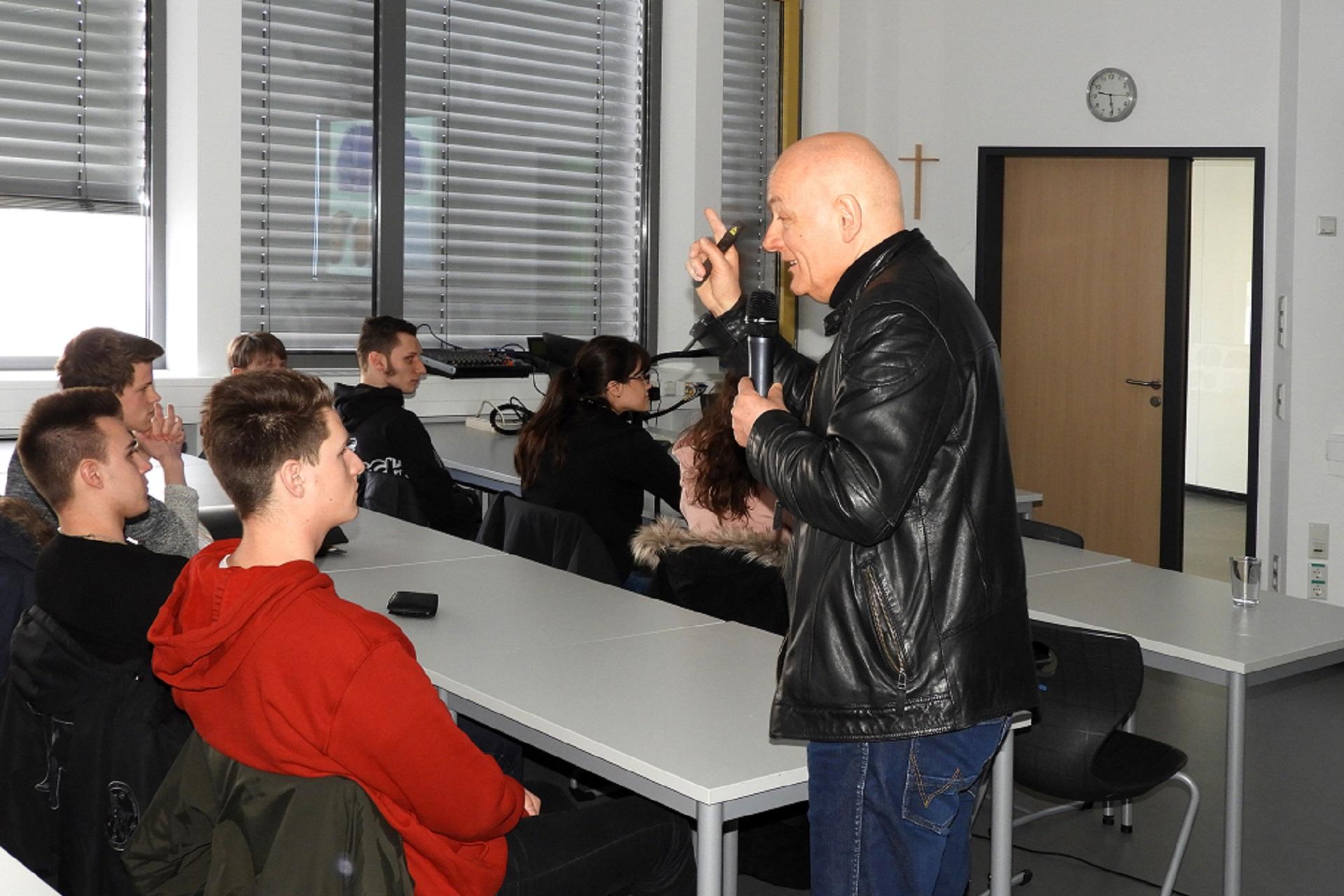 DDR-Zeitzeuge Hält Vortrag An Der FOSBOS
